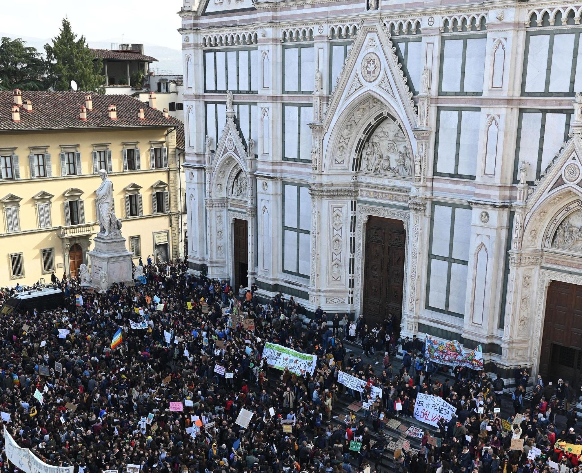 La protesta raggiunge anche Firenze, dove a Piazza Santa Croce si sono riuniti gli studenti toscani, sotto lo sguardo di Dante Alighieri