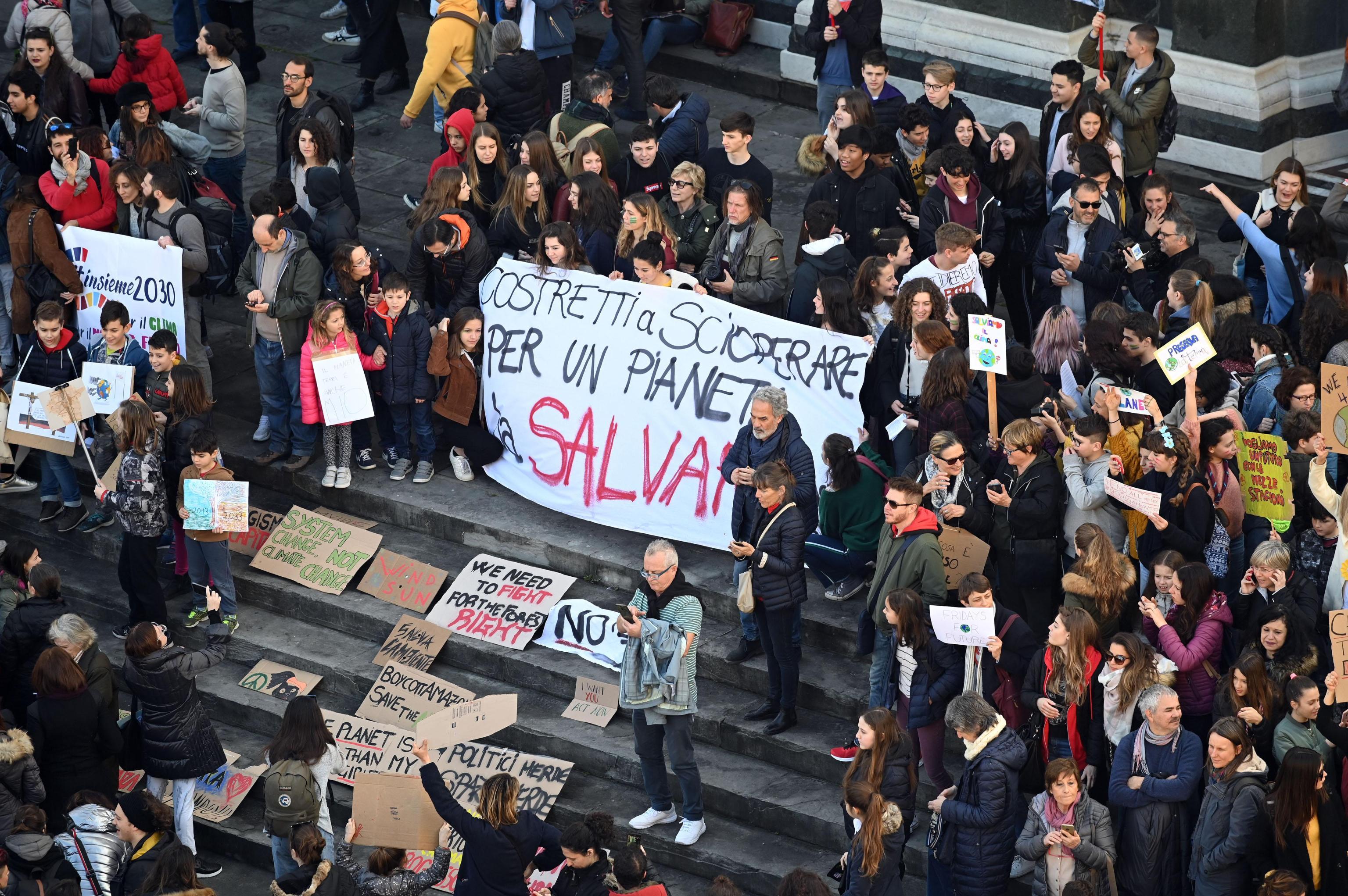 I gradini della chiesa di Piazza Santa Croce occupati dai manifestanti