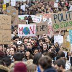 Molti ragazzi in piazza anche in Svizzera, precisamente a Losanna, dove in tanti hanno sfilato per le strade con cartelli e striscioni di protesta