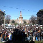 Le piazze del capoluogo lombardo si riempiono di cartelli e di striscioni portati dai ragazzi
