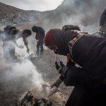 """I buddisti tibetani partecipano ad una cerimonia di """"offerta di fumo"""" durante il Monlam"""