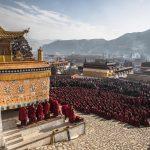 I monaci e i fedeli buddisti assistono a una preghiera al monastero di Labrang
