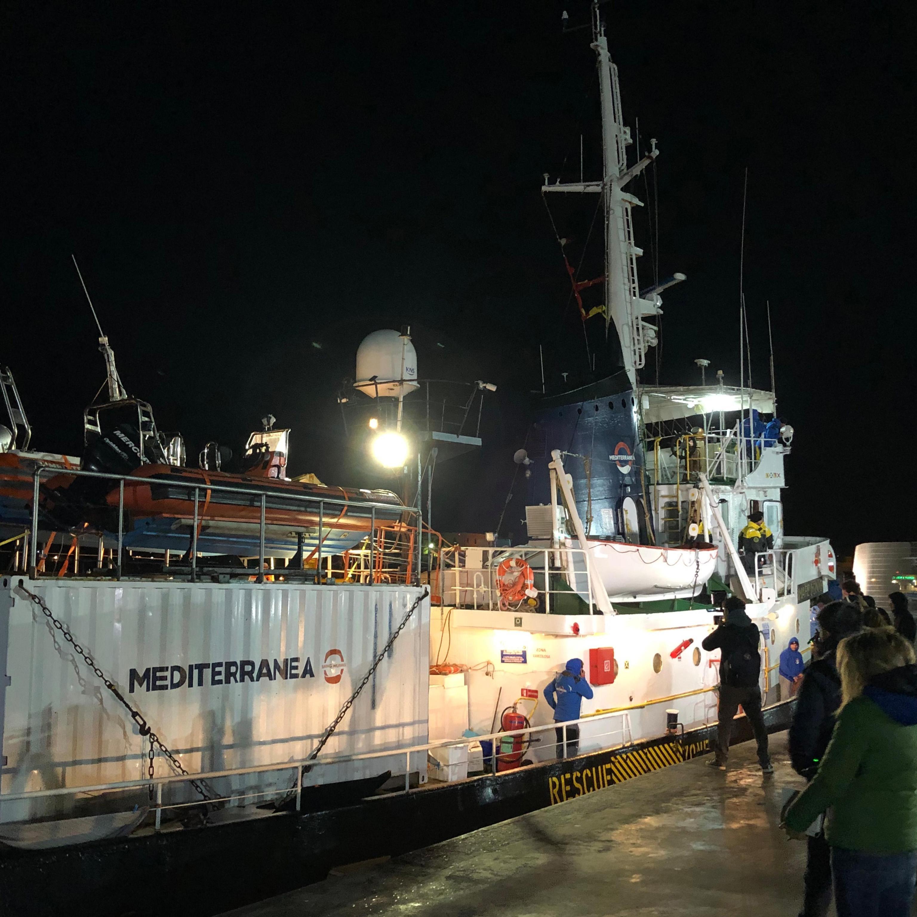 La vicenda è stata per tutto il giorno in cima ai notiziari di tutto il Paese, un cronista infatti si avvicina alla nave e tenta di riprendere da vicino gli interni