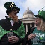 Costumi e cappelli bianco verdi per celebrare la festa irlandese di San Patrizio