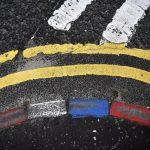 Le pietre di un marciapiede dipinte con i colori degli unionisti, accanto a due strisce di colori diversi che simboleggiano il confine
