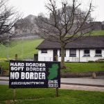 Un cartellone Anti-Brexit è comparso nell'area repubblicana di Bogside, vicino Londonderry in Irlanda del Nord