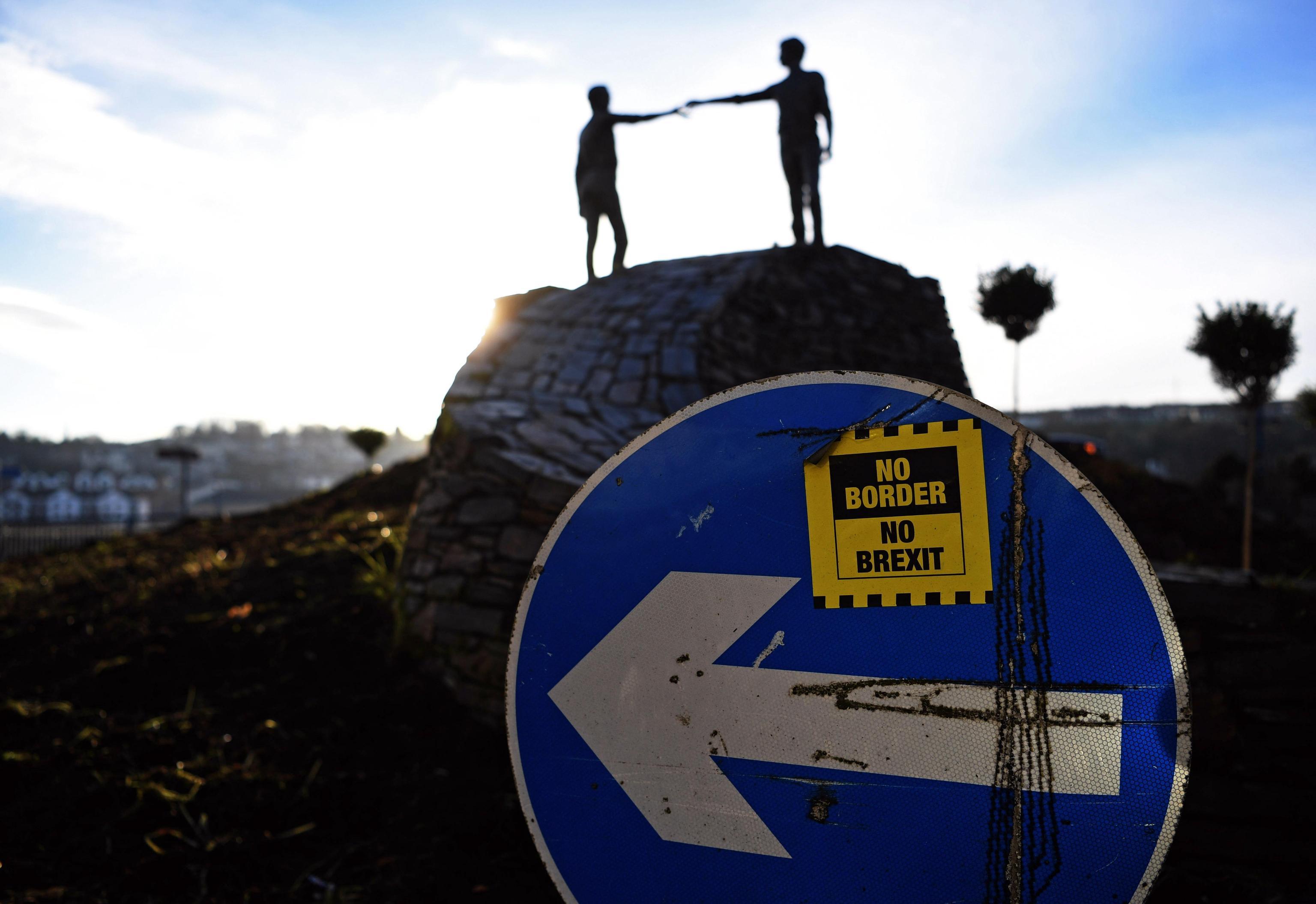 "La scultura ""Hands Across the Divide"" dell'artista nordirlandese Maurice Harron"