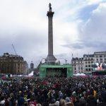 Le persone riunite nel centro di Londra festeggiano il giorno di San Patrizio
