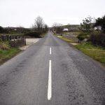 C'è un cambiamento sulla superfice della strada, quella minima differenza di asfalto indica il confine invisibile