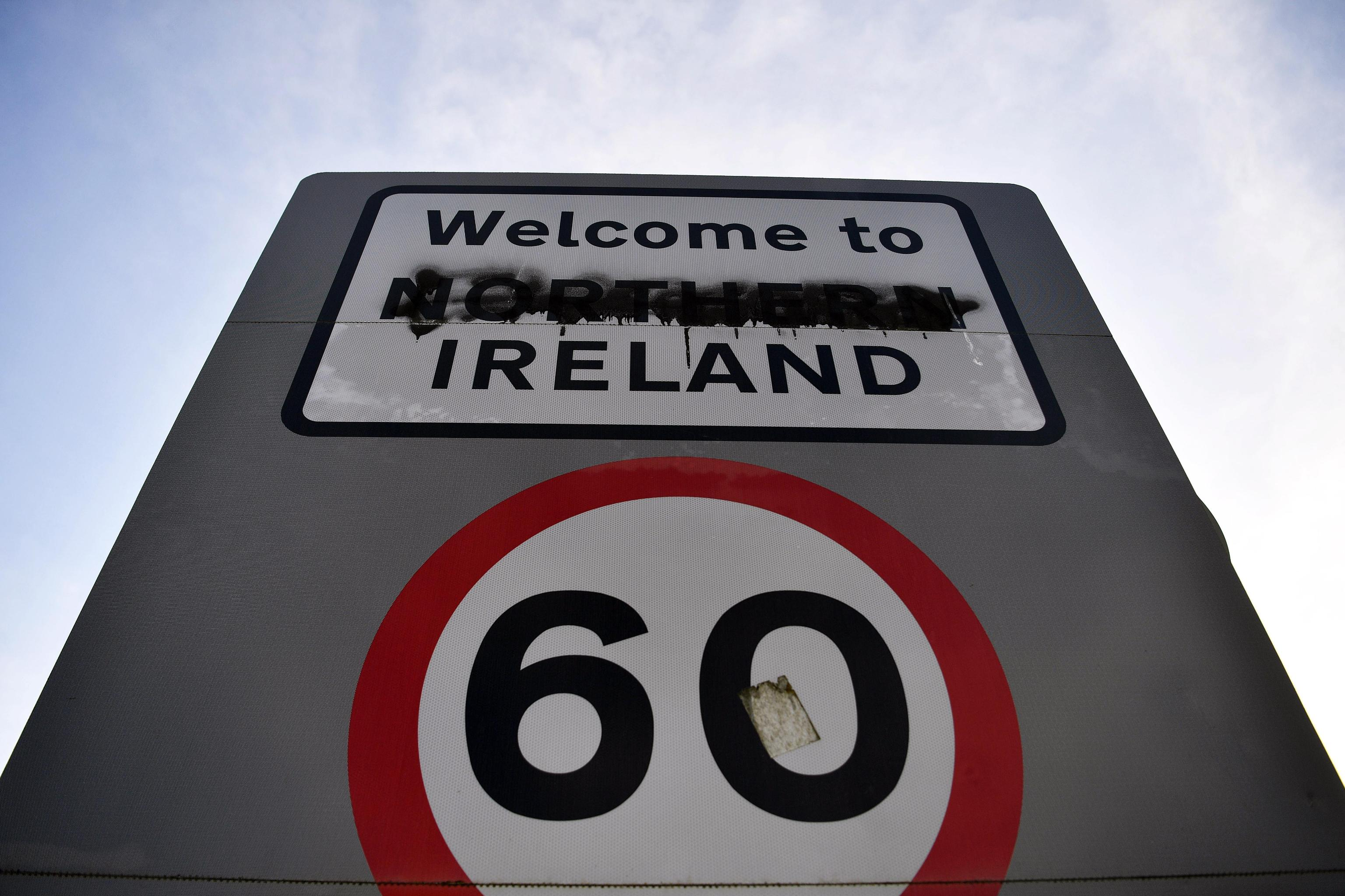 Un cartello imbrattato delinea il confine tra Repubblica di Irlanda e Irlanda del Nord sulla A13, vicino Londonderry