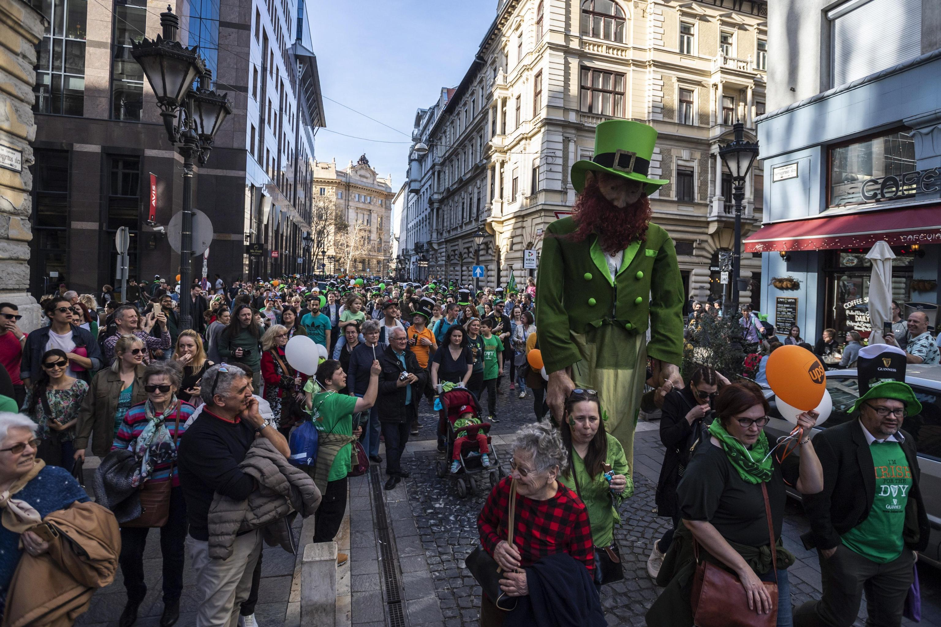 Per le strade di Budapest gente di ogni età festeggia il giorno di San Patrizio