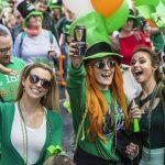Colori, sorrisi e costumi fra le piazze di Budapest per ricordare il santo patrono irlandese