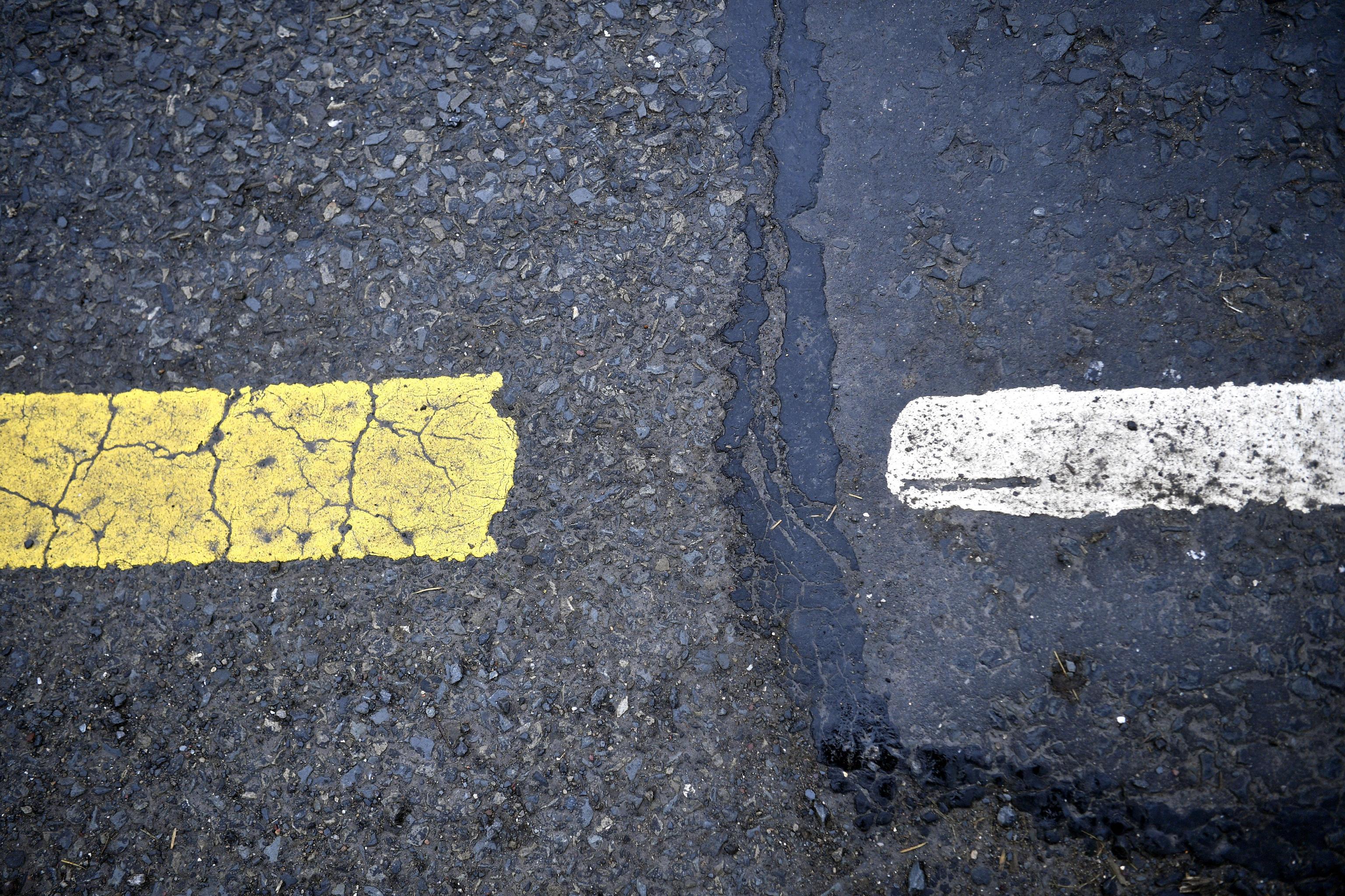 Dalla segnaletica orizzontale si capisce che si sta attraversando il confine invisibile tra le due irlande