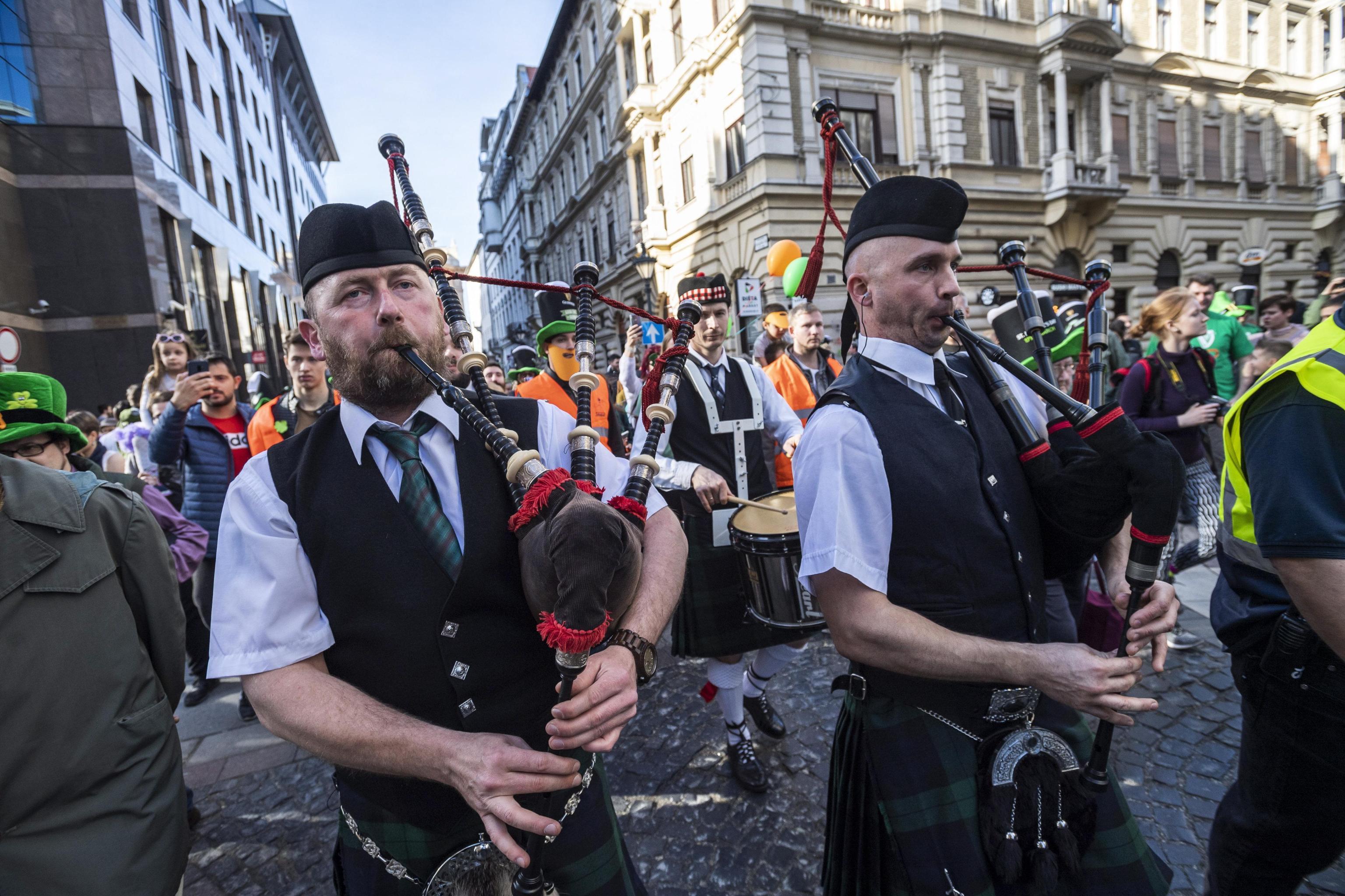Musica e folklore per le strade di Budapest in occasione del St. Patrick Day