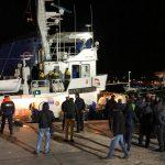 Dopo aver attraccato, si avvicinano alla Mare Jonio alcune Forze dell'ordine tra cui le Fiamme gialle che ieri avevano intimato l'alt all'imbarcazione diretta a Lampedusa