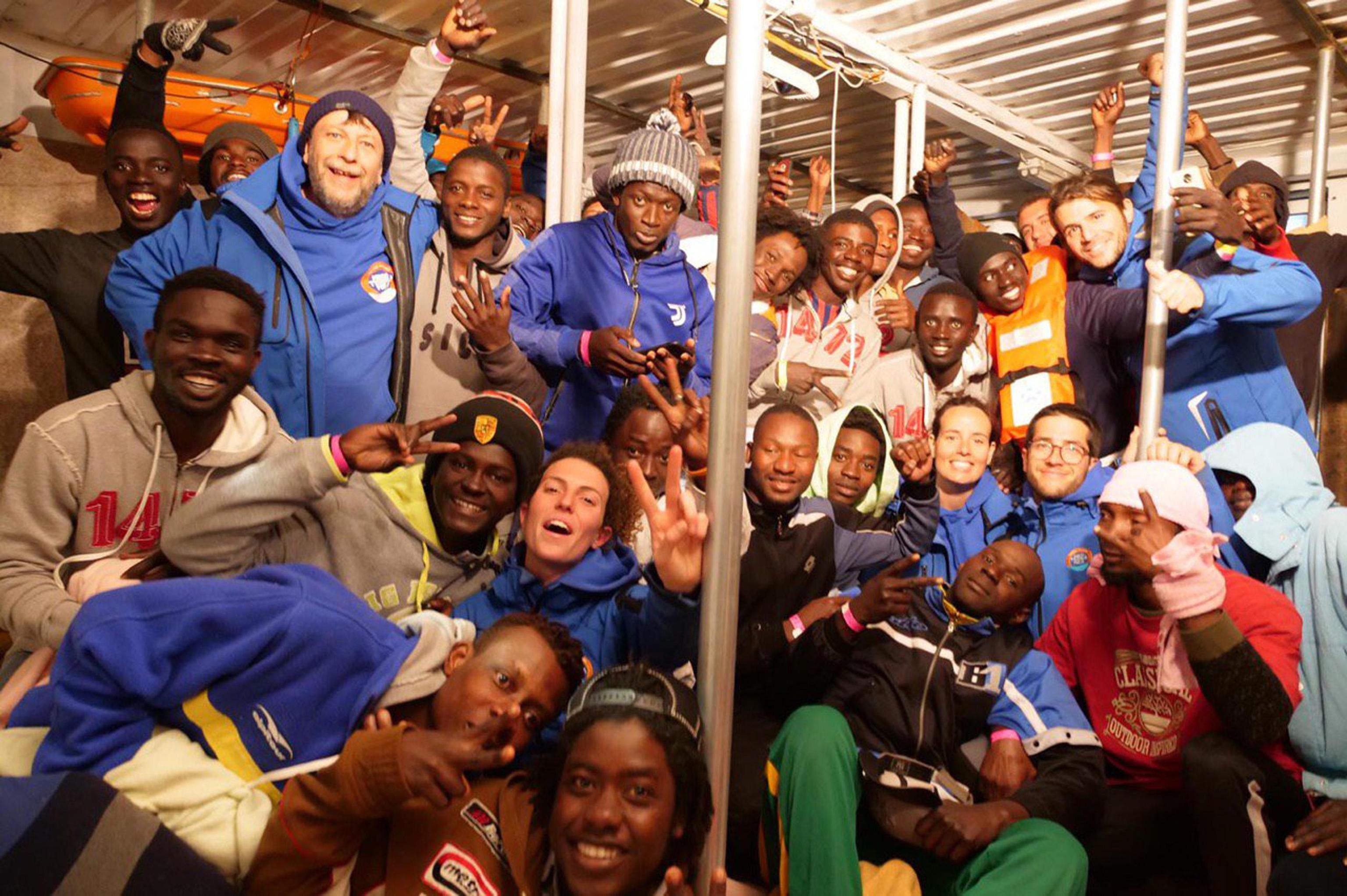 I migranti festeggiano a bordo della nave. La Mare Jonio ha appena attraccato al porto di Lampedusa