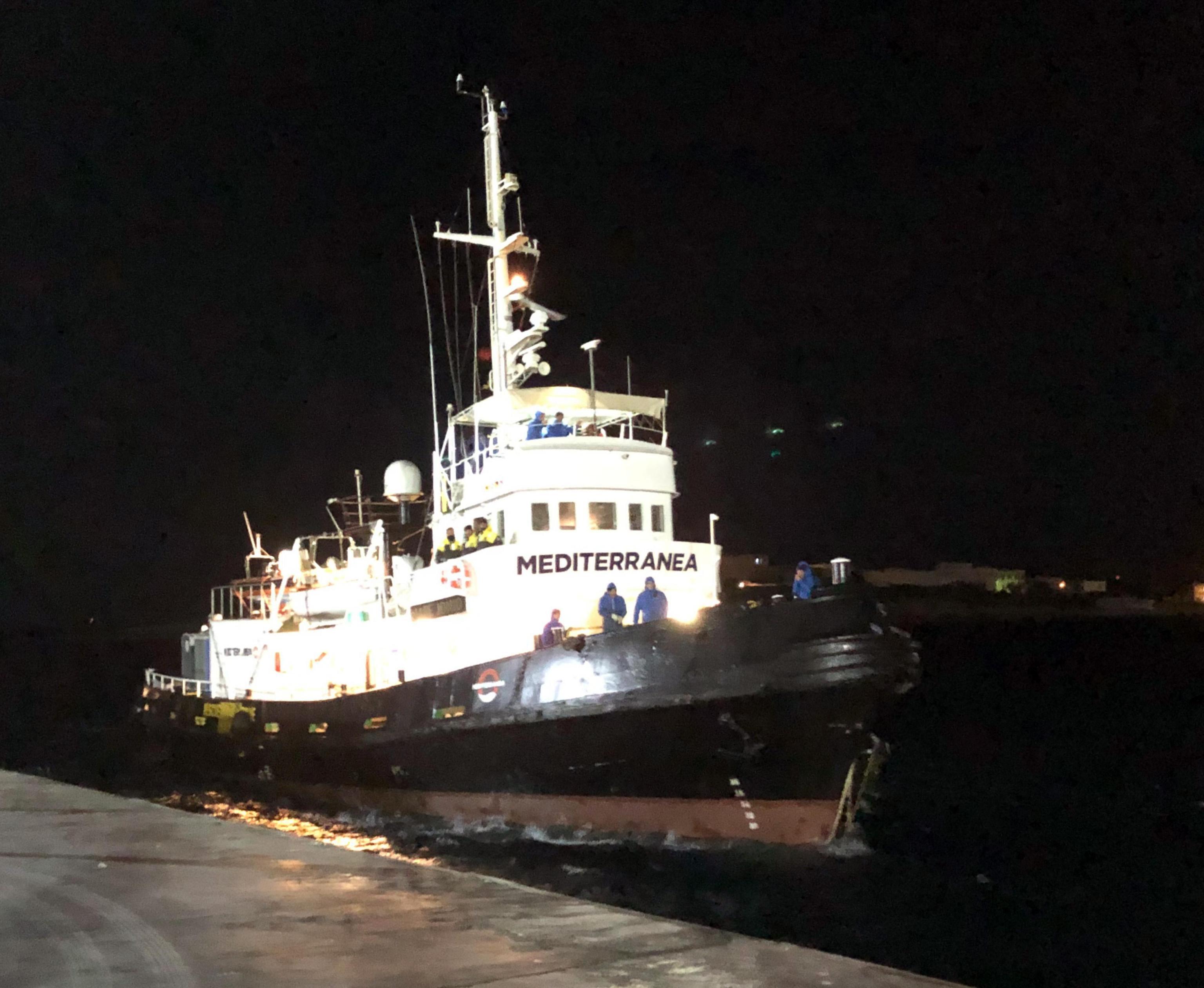 La nave Mare Jonio, dopo essere stata bloccata tutto il giorno a largo di Lampedusa, raggiunge il porto dell'isola