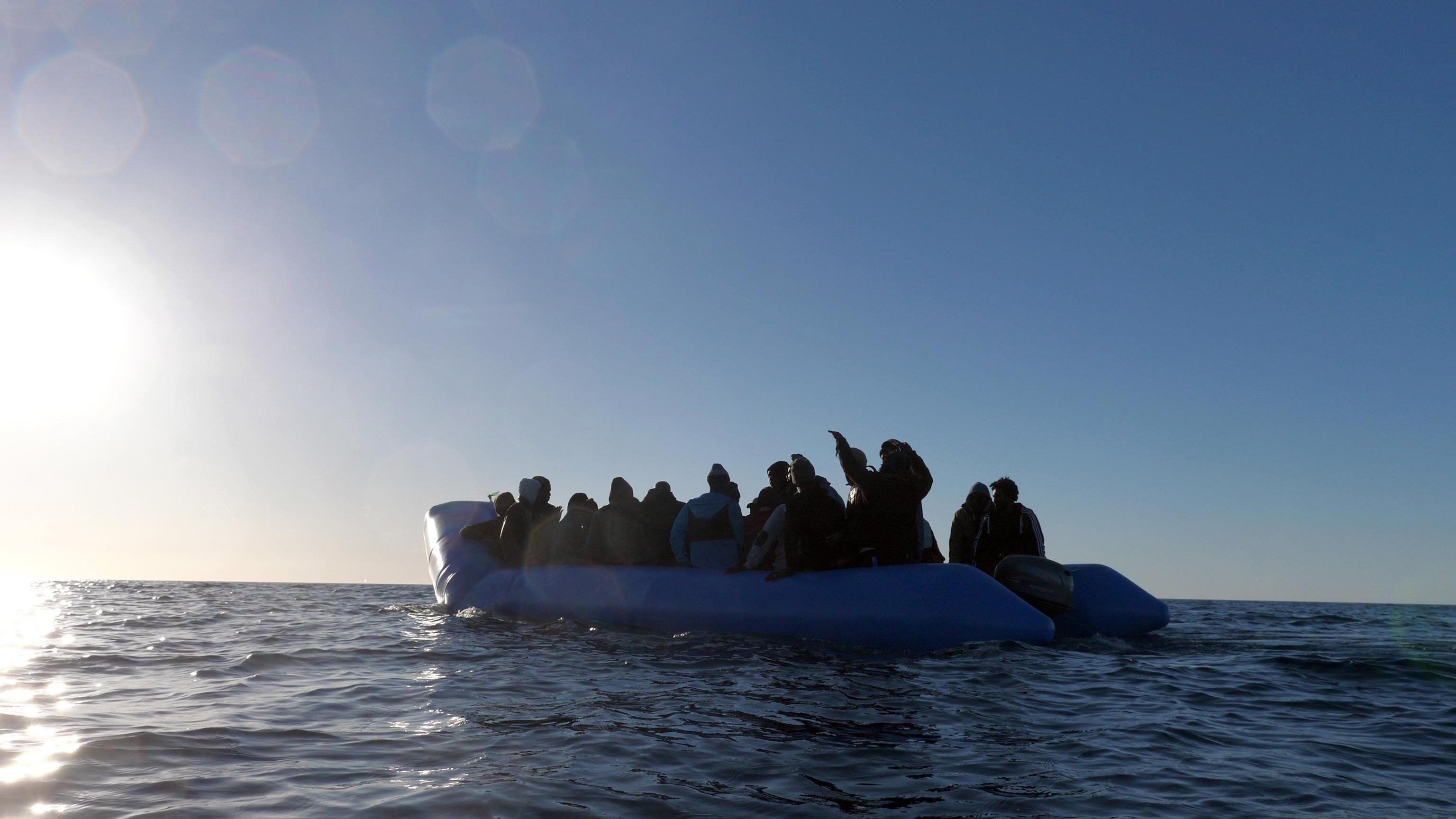 Il gommone con a bordo i 49 migranti a pochi metri di distanza dalla nave Mare Jonio