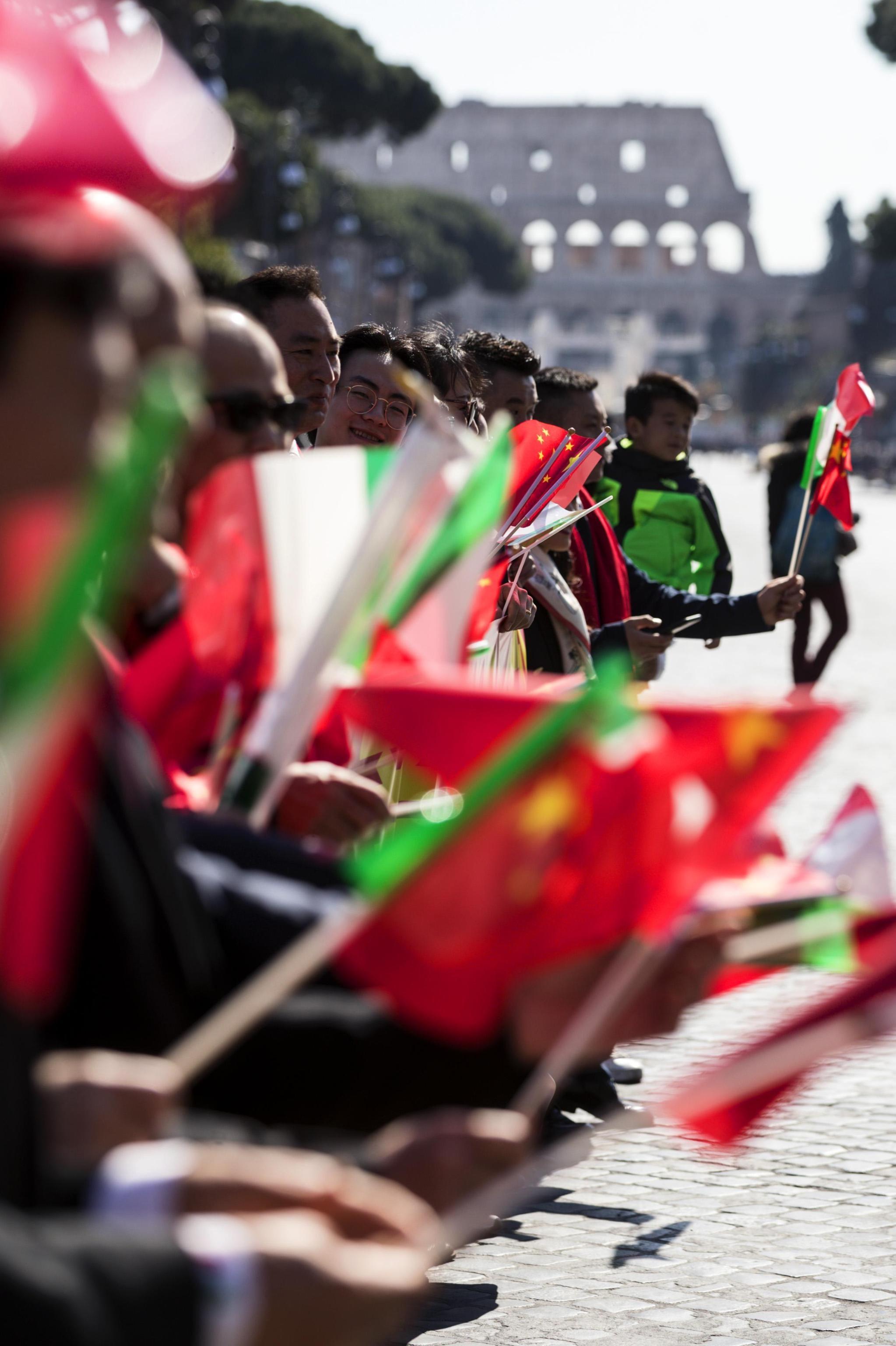 Rappresentanti cinesi attendono l'arrivo del Presidente della Repubblica Popolare Cinese Xi Jinping in via dei Fori. La visita di Stato è l'occasione per la sottoscrizione del Memorandum Italia-Cina, patto commerciale tra i due Paesi