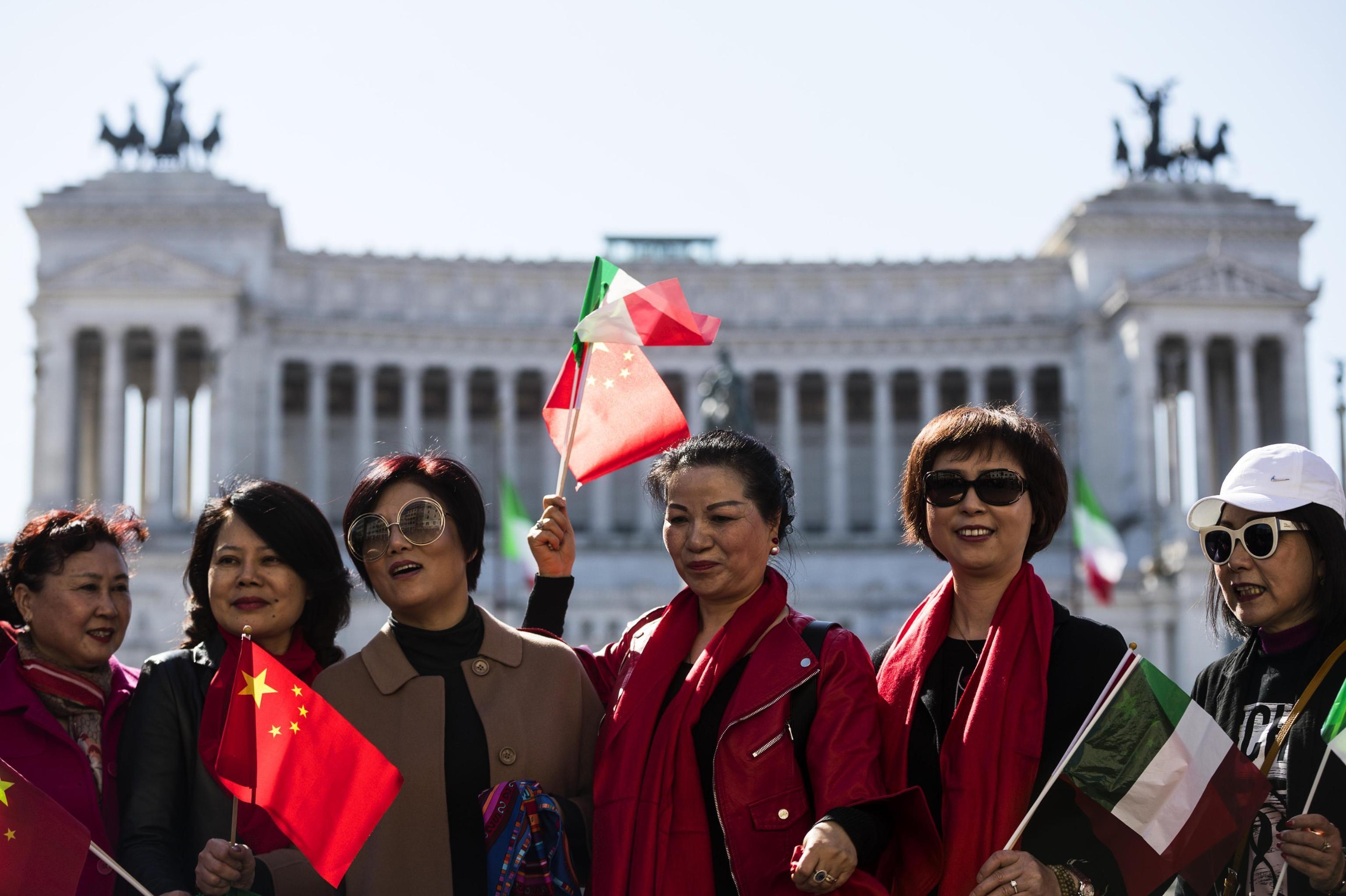 Donne cinesi festeggiano l'arrivo del Presidente della Repubblica Popolare Cinese Xi Jinping