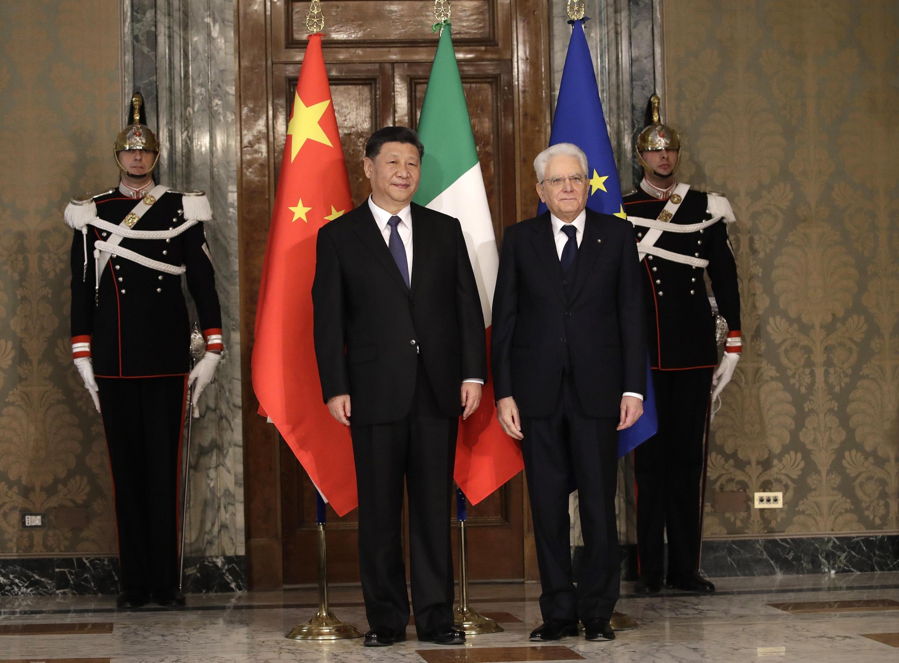 Il Capo di Stato Sergio Mattarella posa davanti i fotografi al Quirinale insieme al Presidente della Repubblica Cinese Xi Jinping dopo un vertice dedicato al memorandum Italia-Cina, valido per i prossimi rapporti commerciali tra i due Paesi