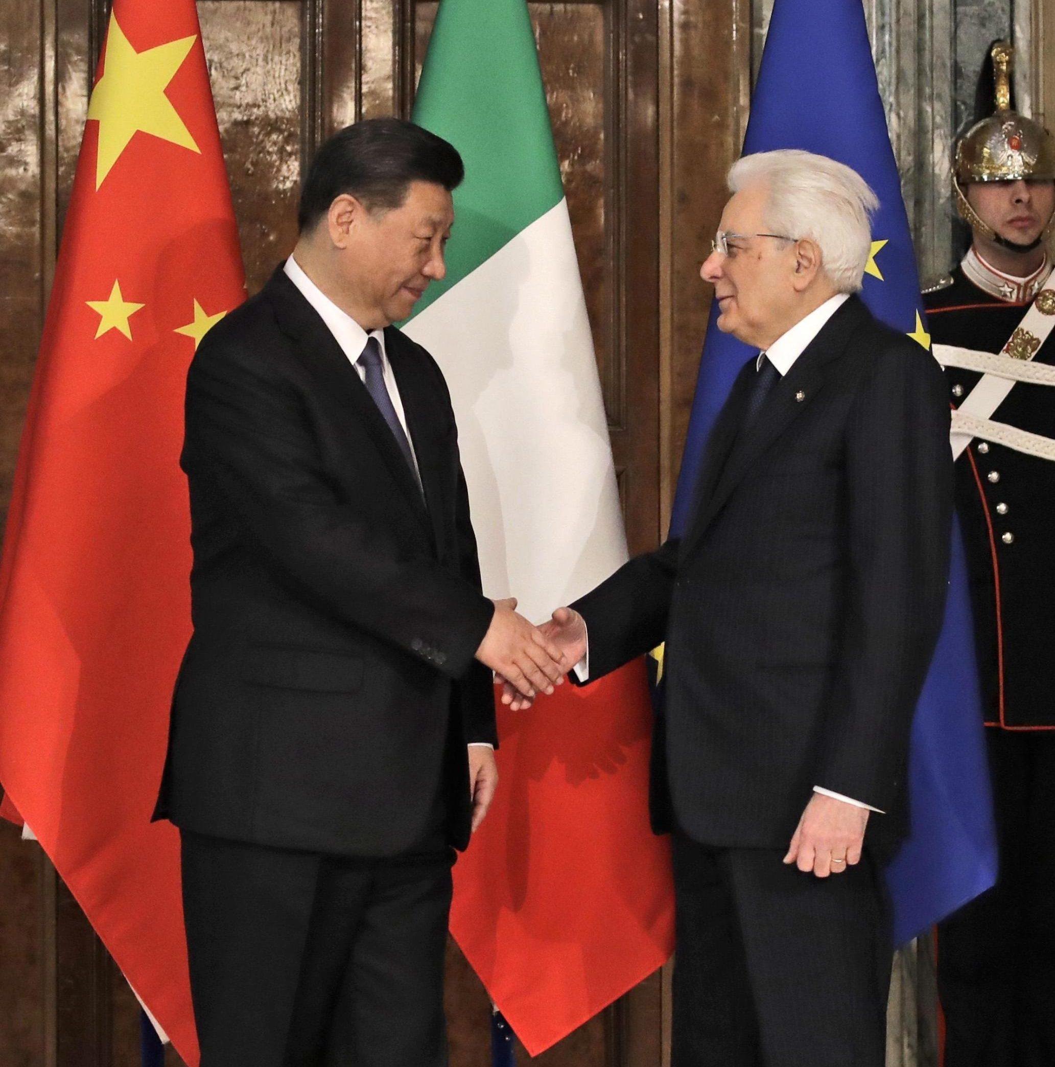 Mattarella stringe la mano a Xi Jinping al Quirinale, dopo un incontro con oggetto il memorandum Italia-Cina sul rapporto commerciale tra i due Paesi