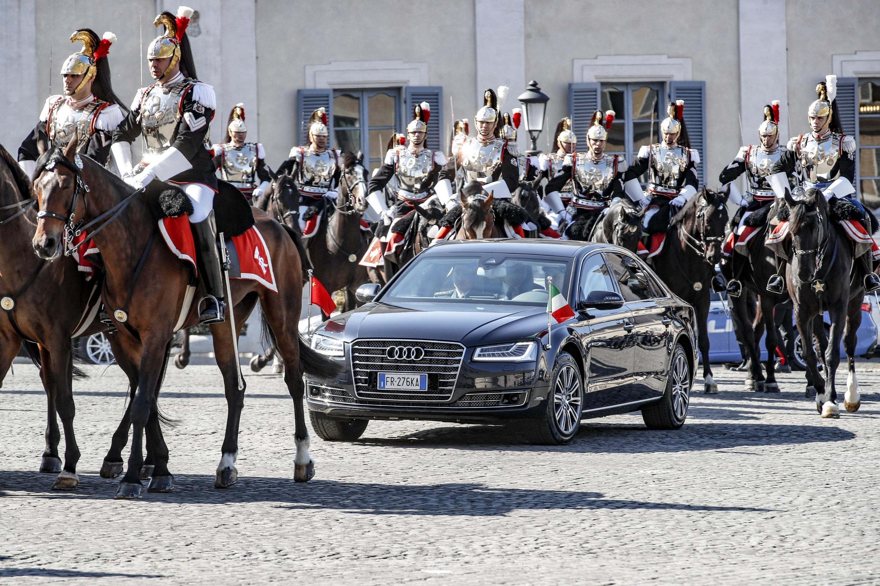 Corazzieri a cavallo scortano l'auto del Presidente della Repubblica Ppolare Cinese Xi Jinping verso il Quirinale