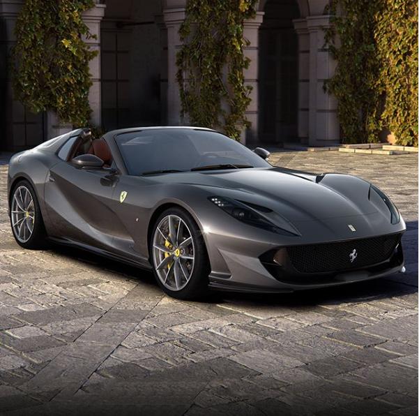 La Ferrari introduce un nuovo modello nelle file delle spider: la 812GTS. Il nuovo modello vanta la presenza di un motore anteriore 6.5 V12 aspirato, con 800 cavalli di potenza