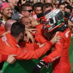 Charles Leclerc festeggiato dai meccanici Ferrari sotto il podio