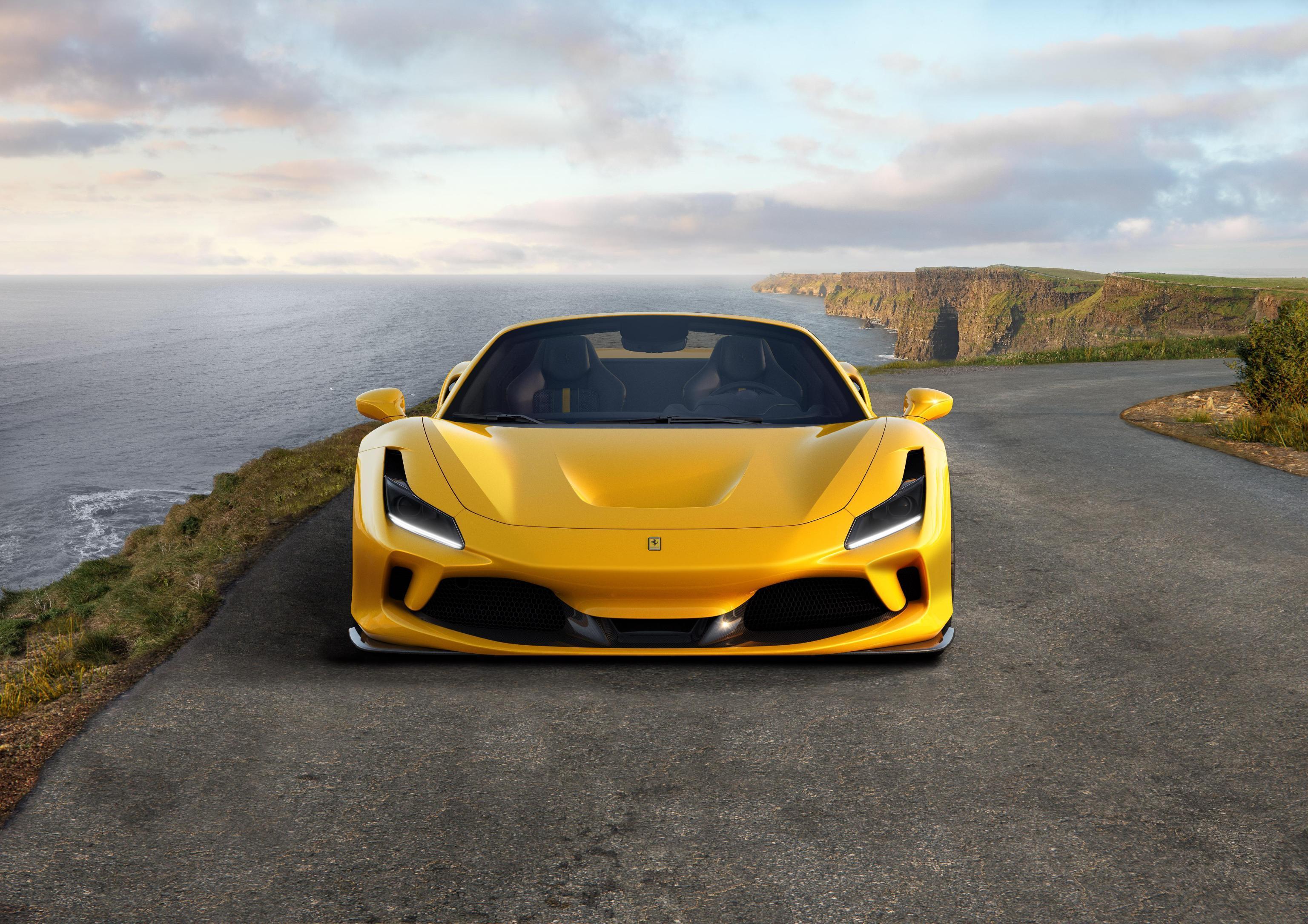 La Ferrari svela un nuovo modello: la F8 Spider. L'auto ha il pregio principale di erogare i suoi 720 cavalli di potenza in maniera istantanea, senza turbo lag, e di mantenere il sound unico del V8. La nuova Ferrari è più leggera di 20 kg rispetto al modello precedente