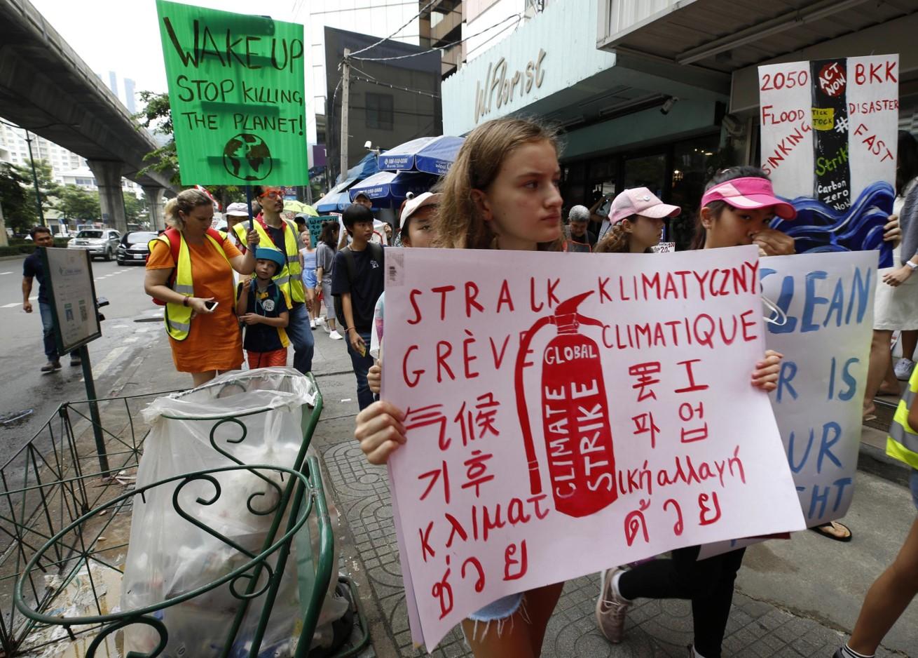 Un gruppo di manifestanti marcia verso il ministero dell'Ambiente a Bangkok, in Thailandia