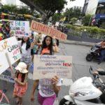 Bambine e ragazze sfilano in Thailandia contro il surriscaldamento globale