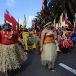 Uomini e donne in abiti tipici australiani protestano contro il cambiamento climatico