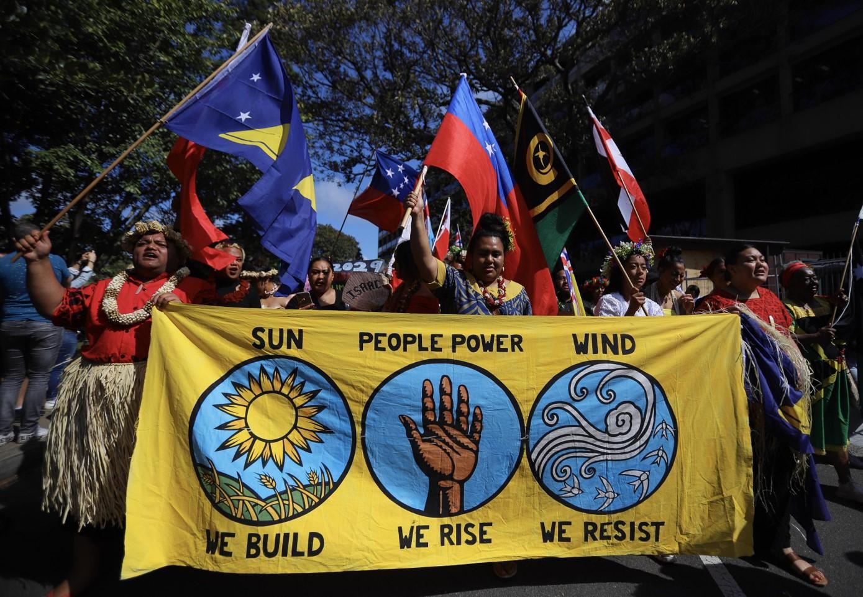 """""""Sole, persone e vento"""": le tre parole chiave dello slogan di questi manifestanti australiani"""