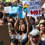 I manifestanti di Sidney mostrano cartelli inequivocabili sul riscaldamento globale in atto