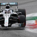 Il britannico Lewis Hamilton della Mercedes in azione durante il Gran Premio d'Italia all'autodromo di Monza
