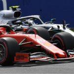 Charles Leclerc su Ferrari guida il gruppo davanti a Lewis Hamilton della Mercedes