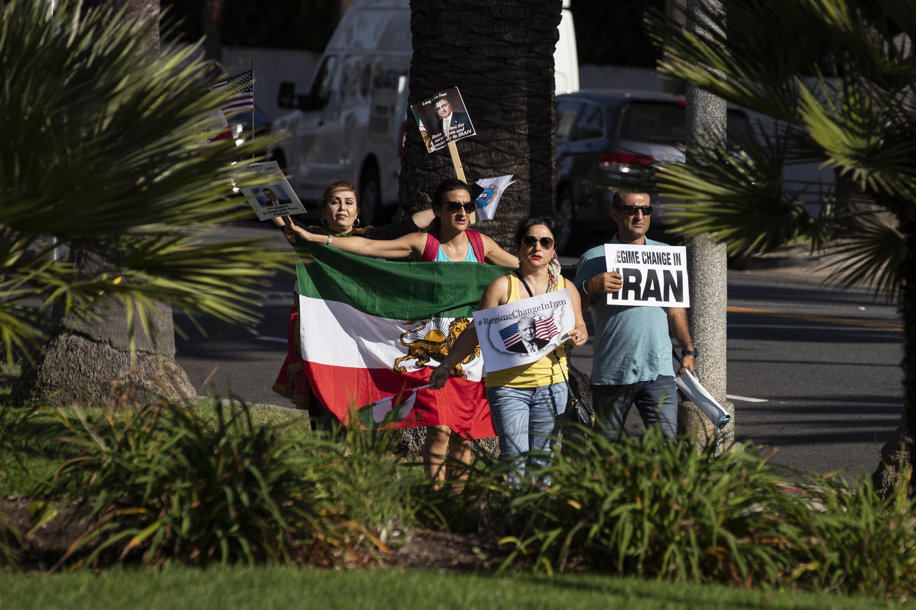 La spinosa questione iraniana emerge anche sui cartelloni di protesta di alcuni manifestanti