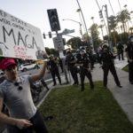 I due fronti pro e contro Trump manifestano sotto l'occhio vigile delle forze dell'ordine