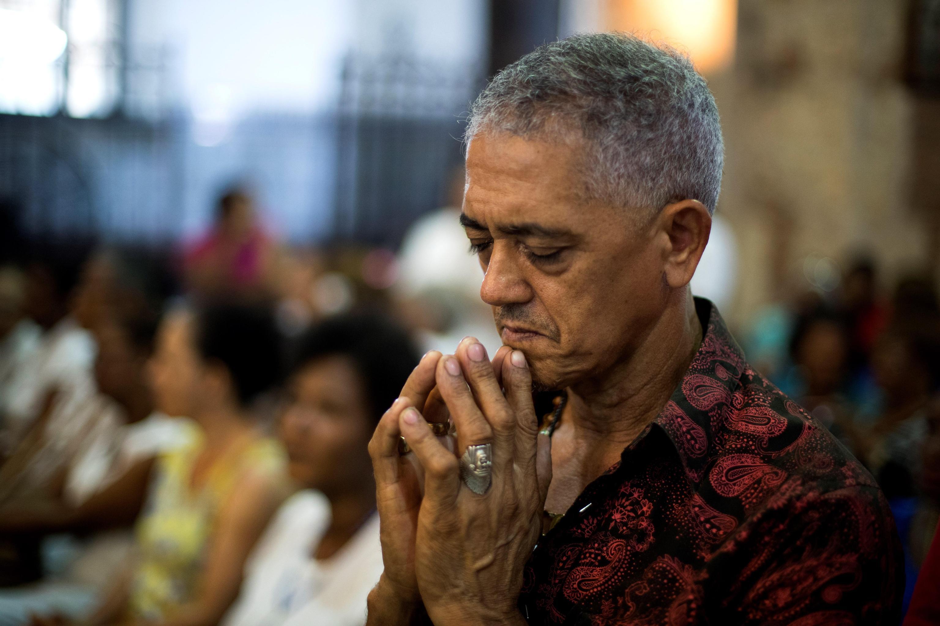 I fedeli in preghiera celebrano la giornata della protettrice