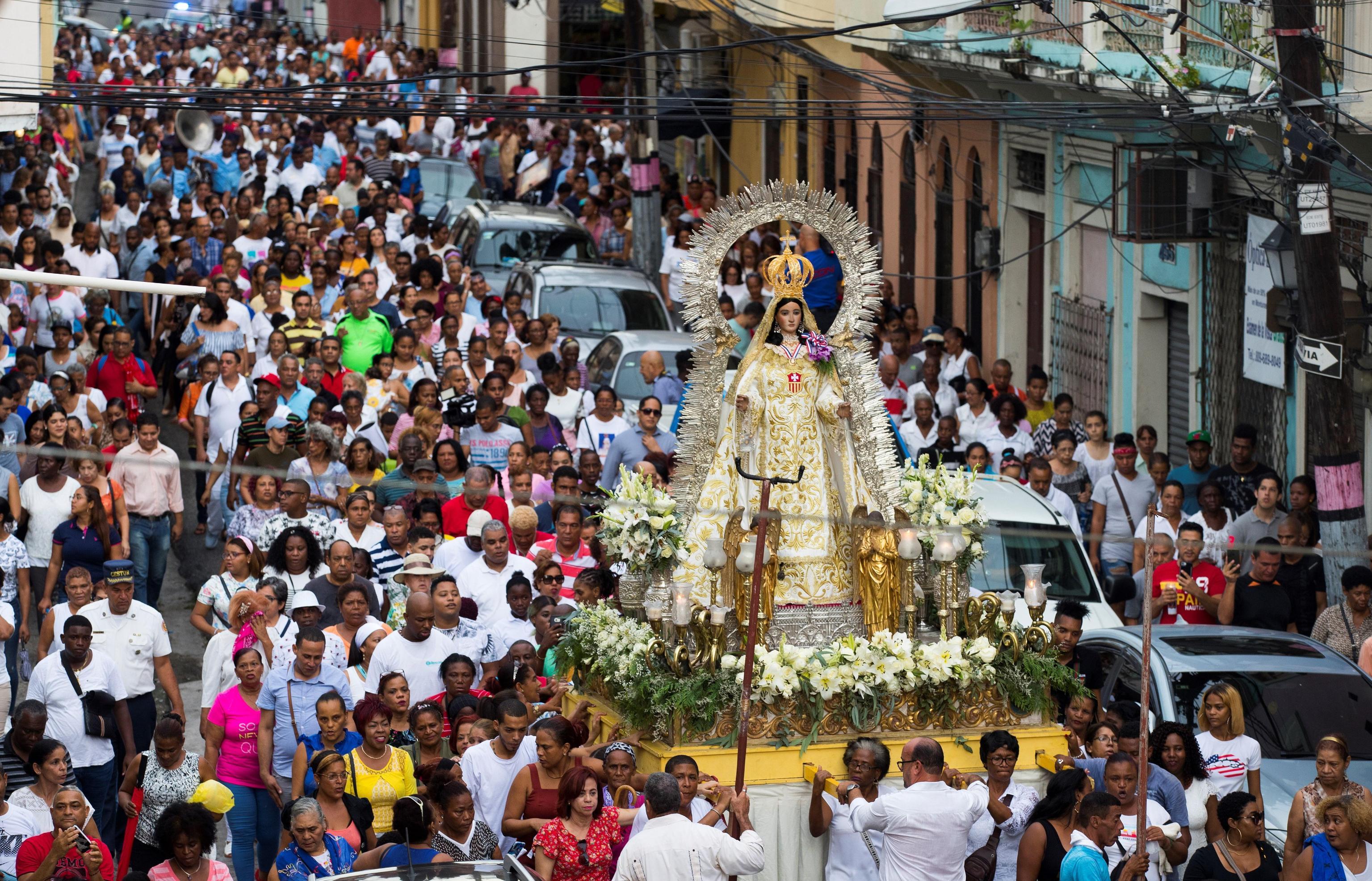 La processione della statua della Virgen de las Mercedes, santa protettrice della Repubblica Dominicana
