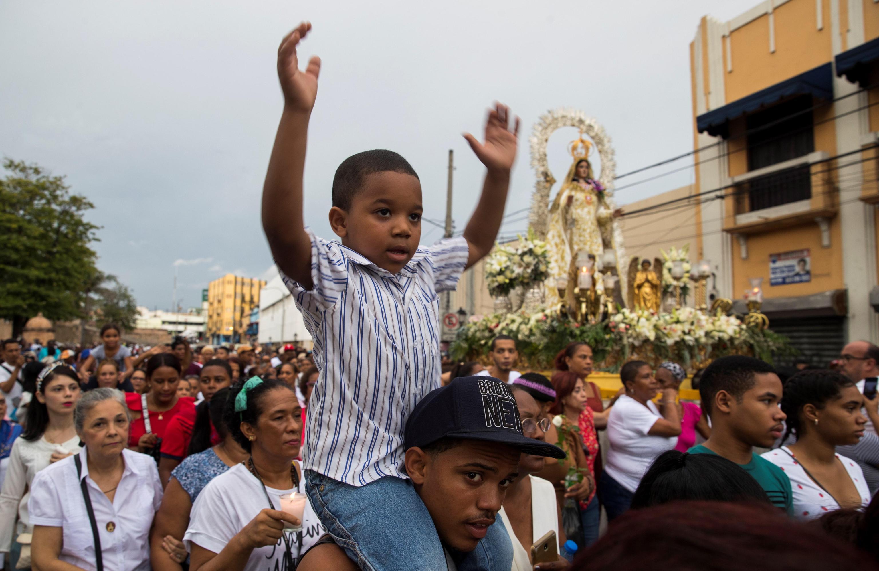 Un bambino domenicano celebra la festa della Nostra Signora della Mercede