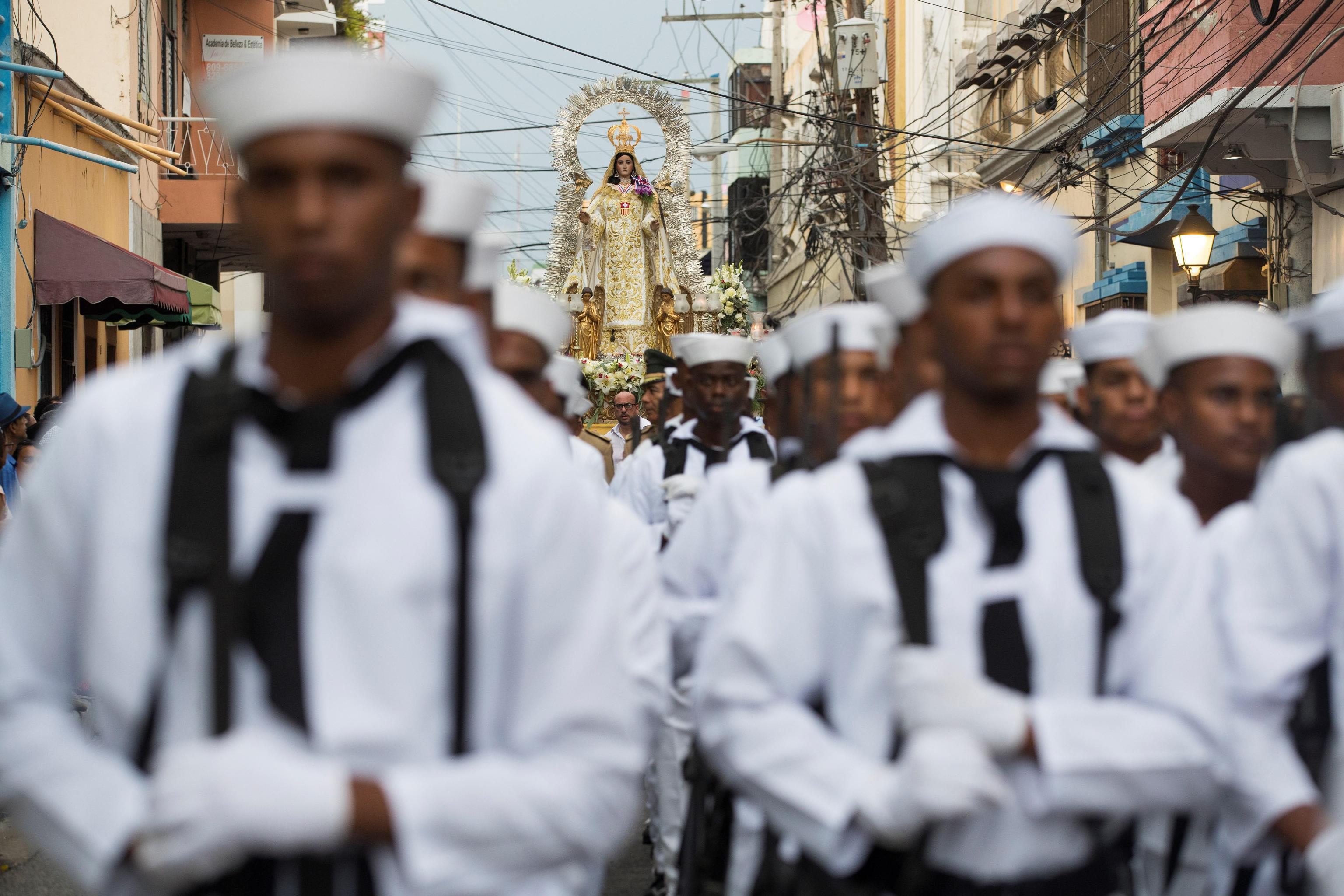La statua della Vergine viene trainata da alcuni uomini del posto