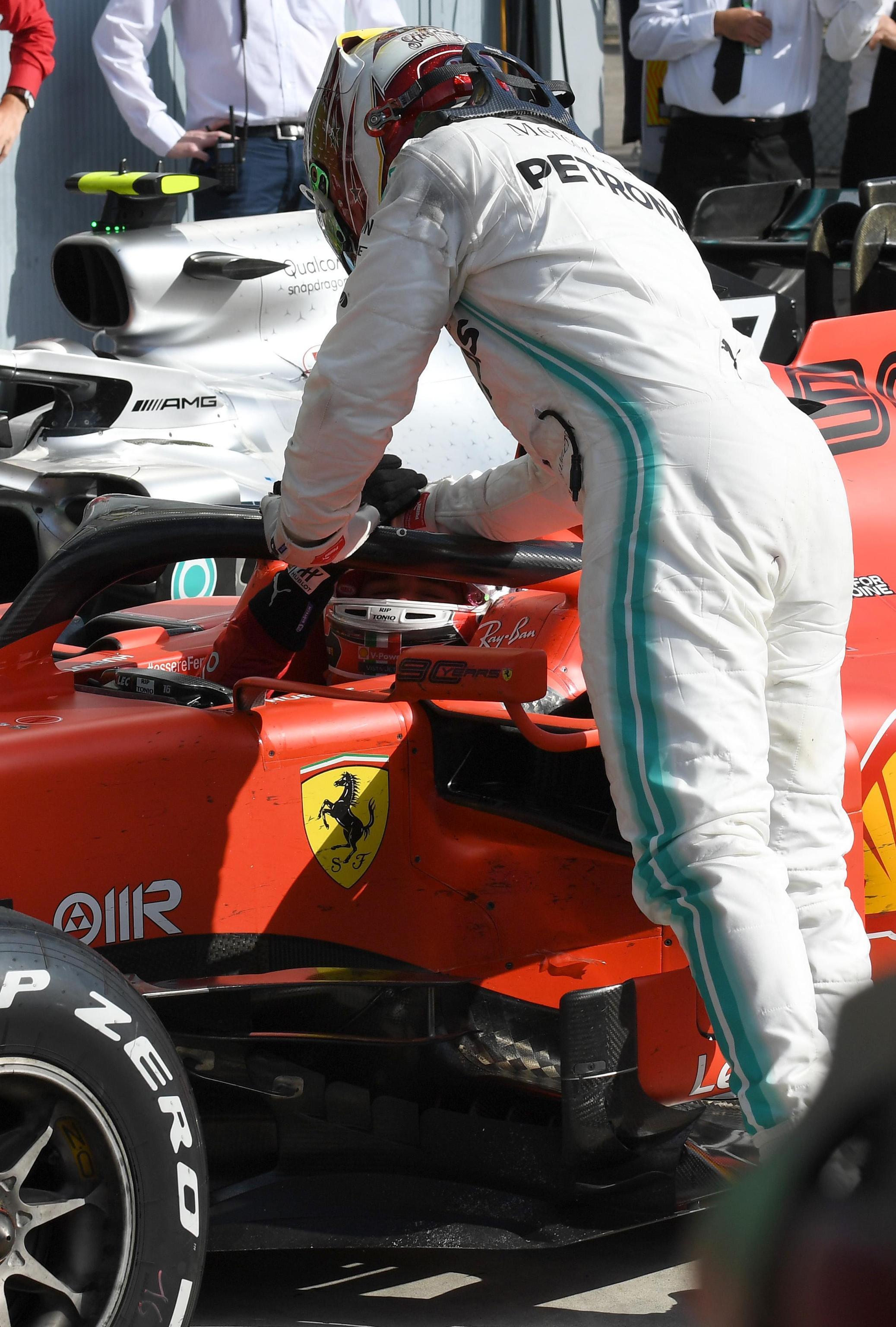Hamilton si congratula con Leclerc al termine della gara