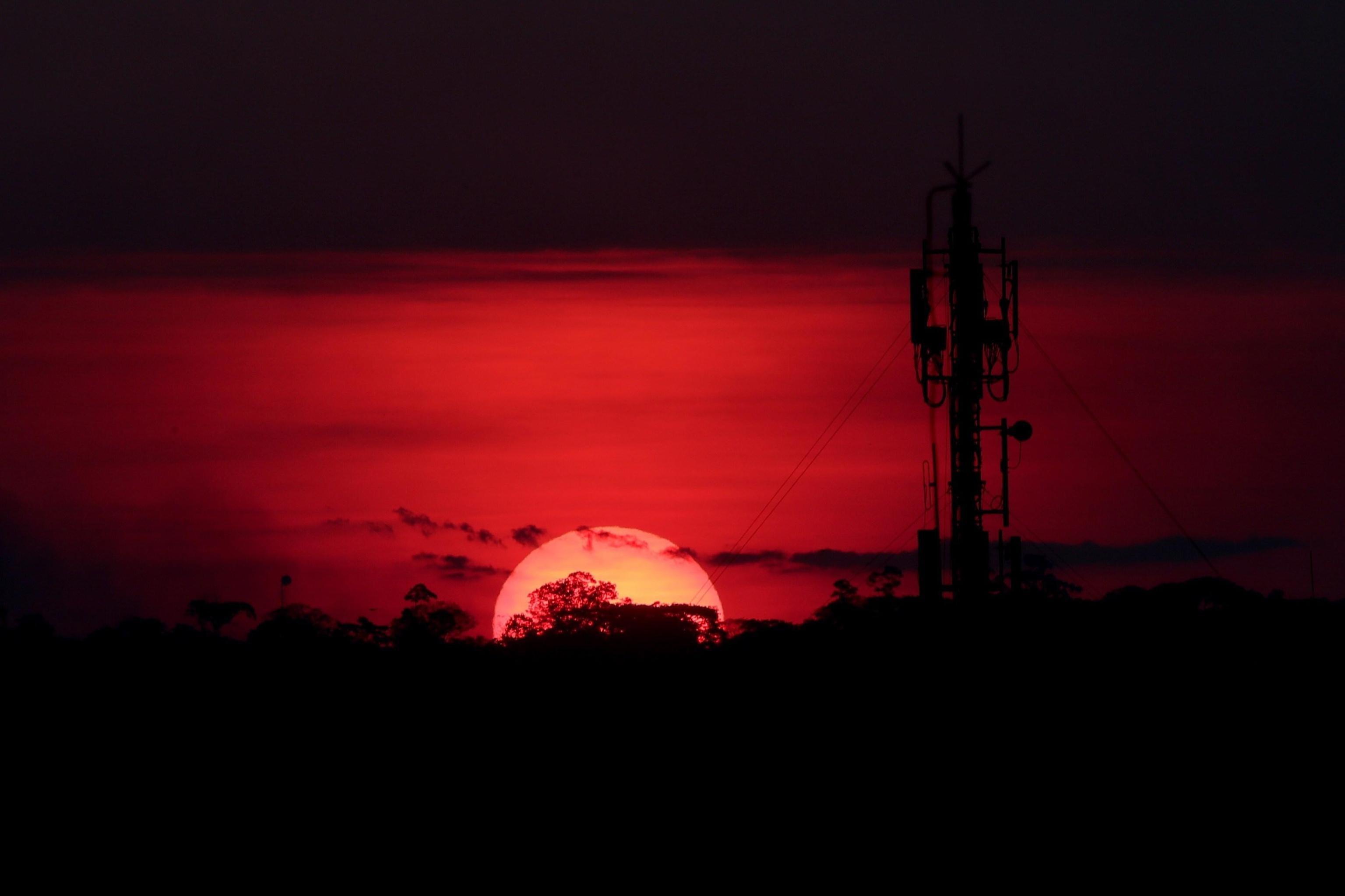 Gli incendi osservati all'ora del tramonto dalla città di Porto Velho, in Brasile