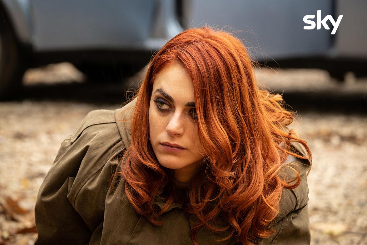 Veronica Castello osserva la scena, dando allo spettatore l'idea di un personaggio attento e introspettivo