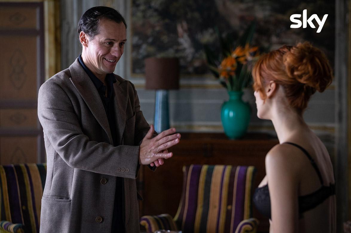 L'incontro tra Leonardo Notte e Veronica Castello, interpretati da Stefano Accorsi e Miriam Leone