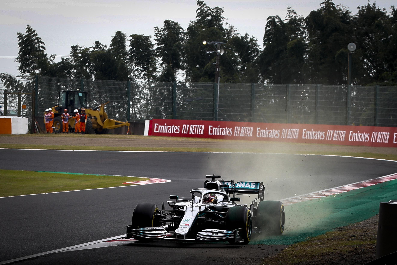 Un fuoripista di Lewis Hamilton, che ha perso il controllo della Mercedes nel corso delle libere
