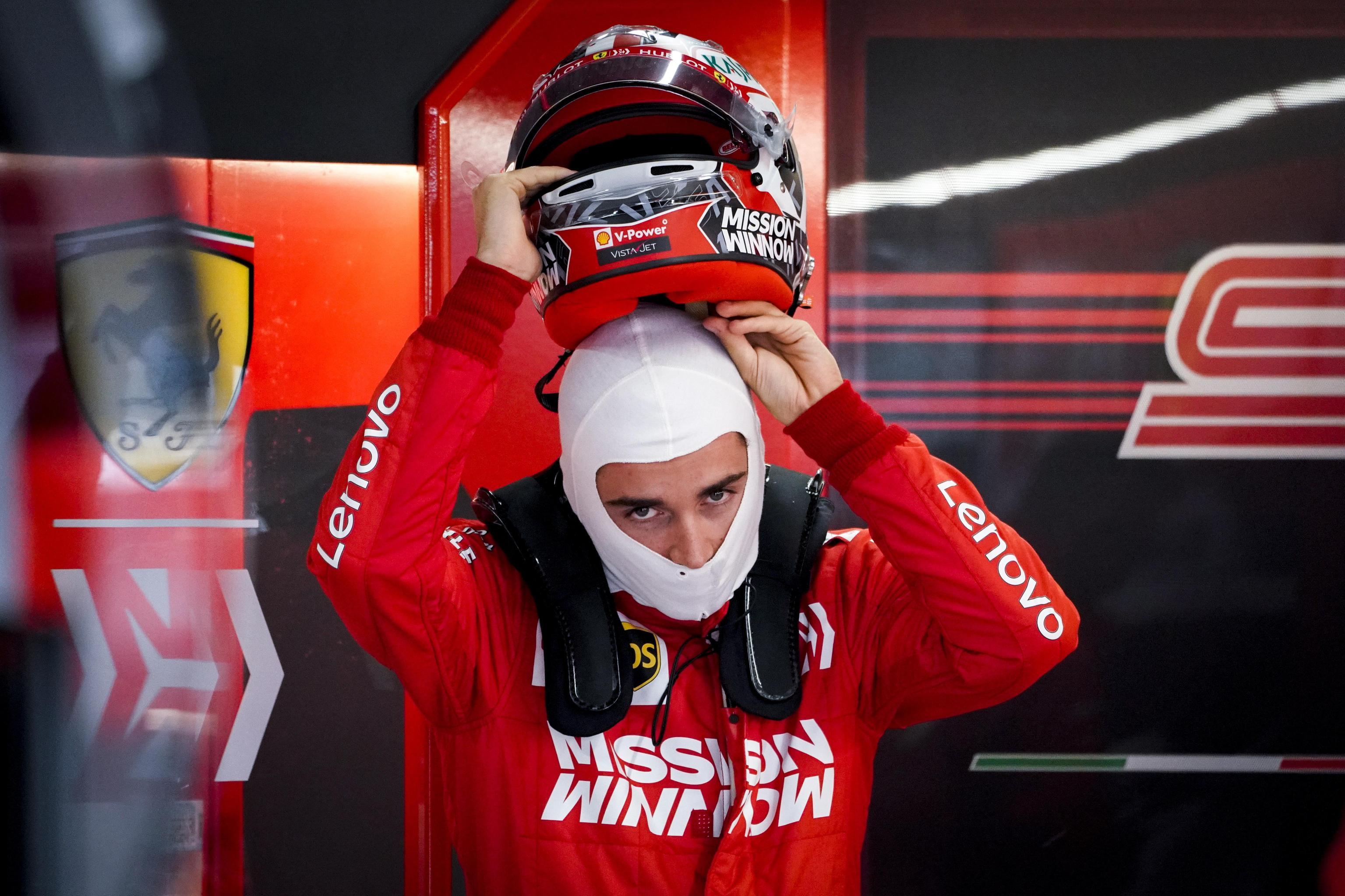 Il pilota monegasco Charles Leclerc della Ferrari si prepara a salire in macchina