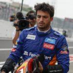 Il pilota spagnolo di Formula 1 Carlos Sainz della McLaren percorre la pit lane